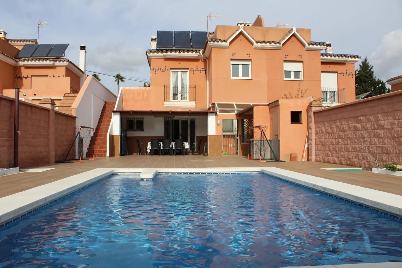 Casa pareada de 4 dormitorios en venta en Estepona, Málaga
